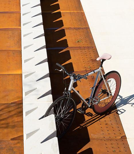 Cykelholder af hvid beton